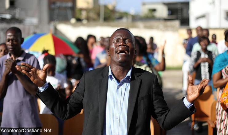 Cristiano de Mozambique orando tras paso de ciclón
