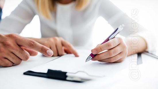 empresa indenizar empregada assinar documento direito