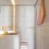 Lavabo cinza com detalhes dourado + obras de arte e revestimento de placas de concreto!