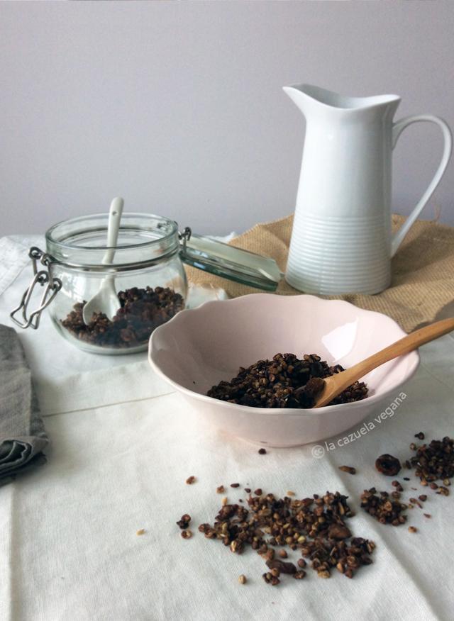 Granola vegana de chocolate, trigo sarraceno, avellanas y coco