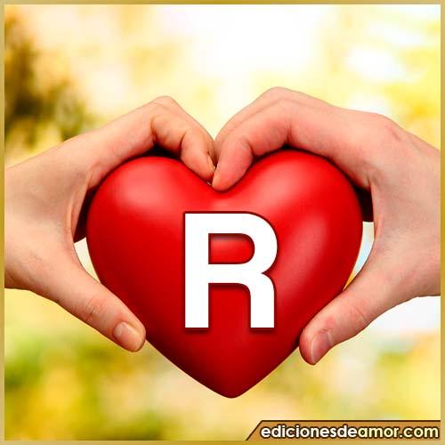 corazón entre manos con letra R