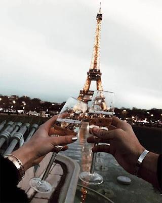 Pareja brindis en la torre eiffel