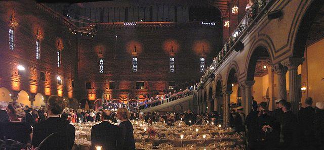 2005年ノーベル賞晩餐会でディナー終了後、出席者が会場から階段を上っていく画像