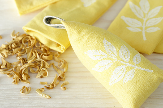 Gelbe Stoffsäckchen, Ein offenes Säckchen mit Orangenschalen.