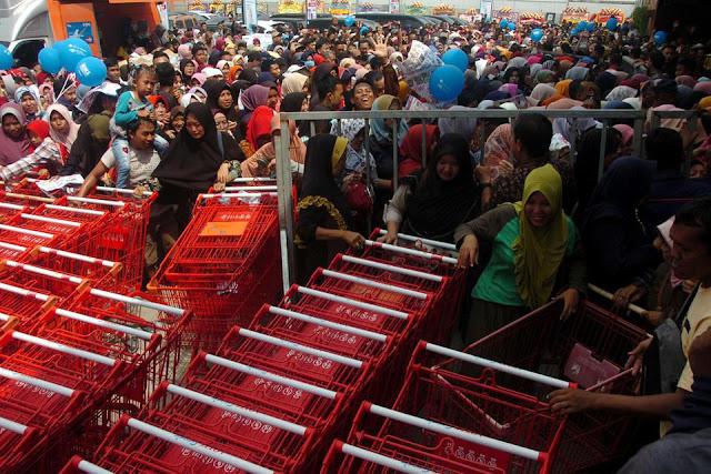 Tabungan & Konsumsi Turun, Masyarakat RI Ramai Bayar Utang Bulan Lalu