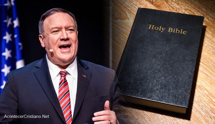 Mike Pompeo lee la Biblia todos los días.