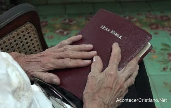 Mujer anciana con Biblia