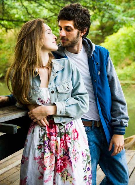 Figurino A lei do amor, Helô (Isabelle Drummond) primeira fase vestido estampado