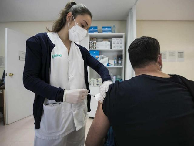 """La OMS insiste en que """"por ahora"""" no hay evidencias de que la vacuna de Astrazeneca provoque trombos"""