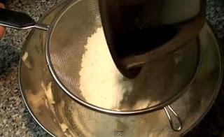 Imagen: Añadiendo harina para cernir