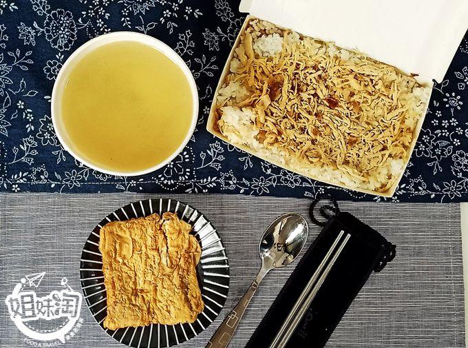 香味四溢金黃雞絲飯  鮮甜脆筍湯 滷汁沉韻的豆包 平價美食首選 -游家雞絲飯