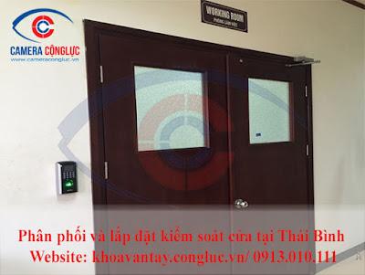 Hệ thống kiểm soát cửa được lắp đặt cho cửa đôi.