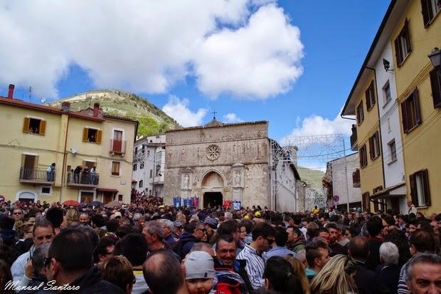 Cocullo, pienone davanti alla chiesa di Santa Maria delle Grazie