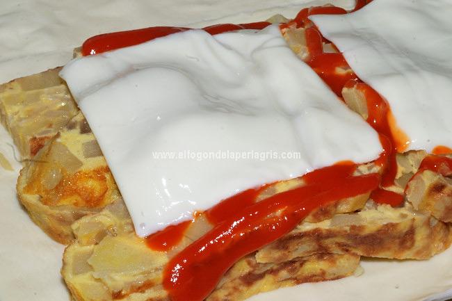 Añadir queso y salsa de tomate si queremos