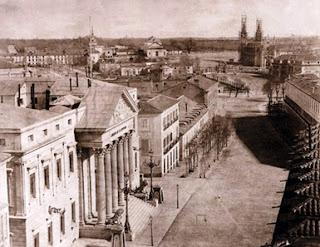 A un lado, la fachada del Congreso de los Diputados, enfrente parte del palacio de Medinaceli y al fondo la iglesia de los Jerónimos