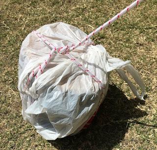 スーパーの袋に砂や石を詰めて、それをロープで縛る