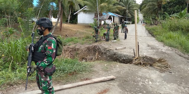 Satgas Yonif Raider 100, Bantu Perbaikan Jalan Trans Yetti-Yaffi Papua Akibat Longsor