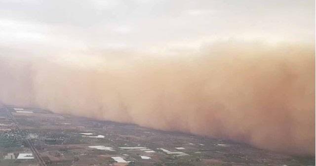 Το αεροπλάνο «είδε» την τεράστια αμμοθύελλα και γύρισε πίσω