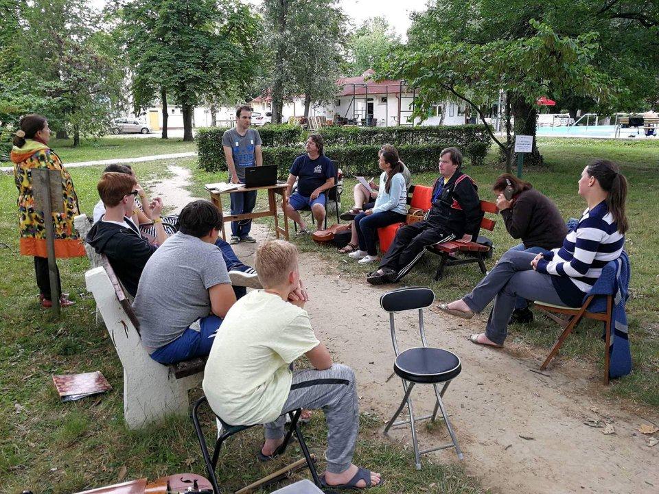 6284d1d357 2018. június 24-én a tekerő táborosban a szentesi strandon Szenyéri  Dánielről tartott előadást egyik ükunokája, Csiszár Endre.