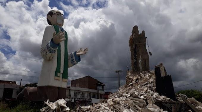 Estátua de padre Cícero desaba em Maracanaú, no Ceará - vídeo