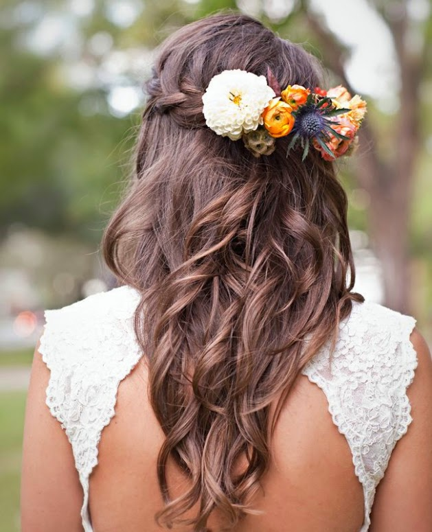 Fotos novia estilo rústico, peinados pelo suelto rizado con trenza y flores