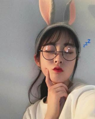 selfie mujer coreana divertida ojos cerrados