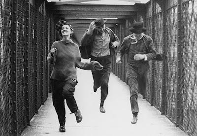 Cette histoire est un monument fondateur du polyamour. Ce fut d'abord un roman largement autobiographique de Pierre-Henri Roché publié en 1953 dont l'histoire commence avant la première guerre mondiale. L'auteur le double de Jim, l'amoureux français du trio avec Kathe et Jules.