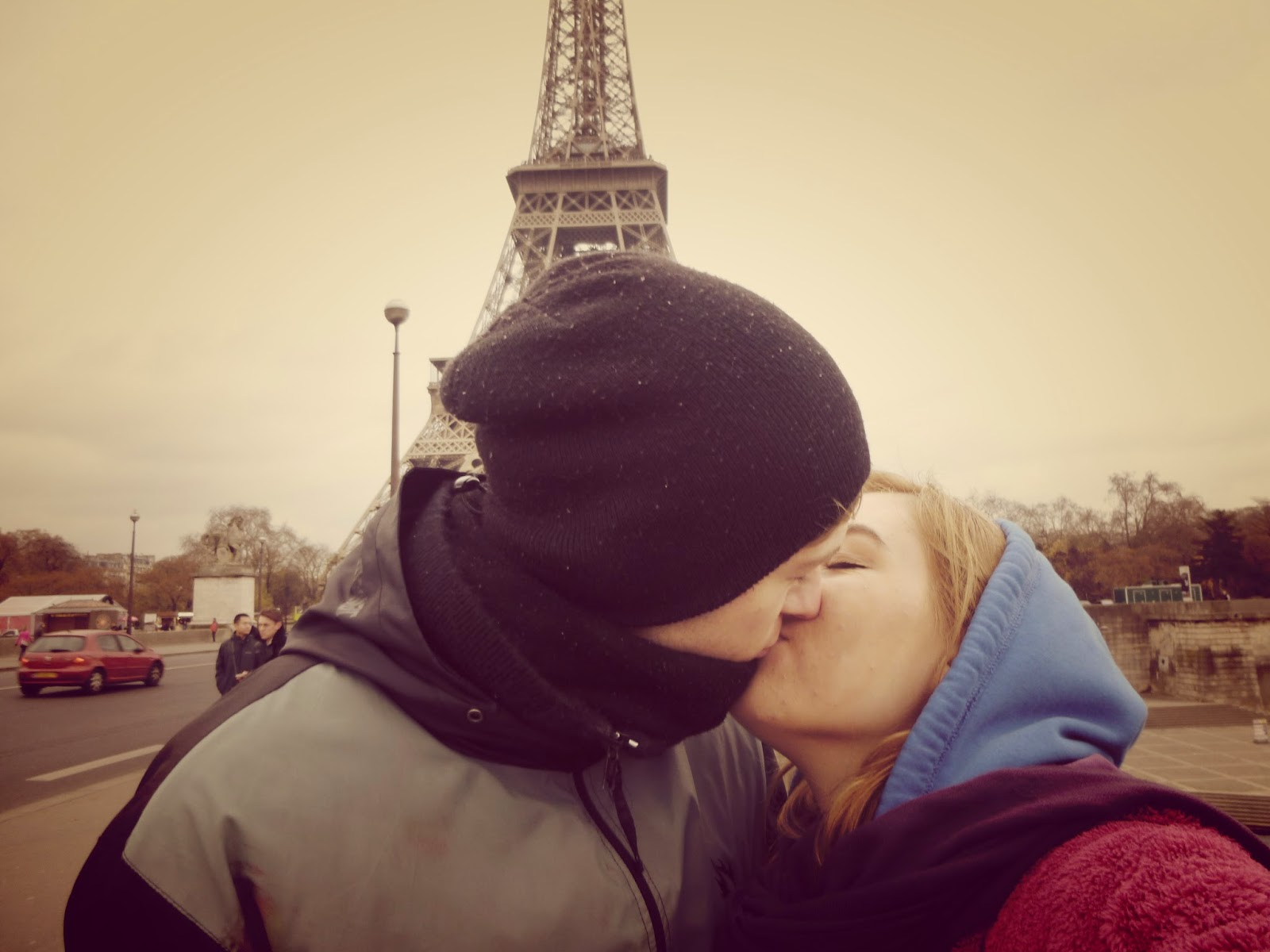 paris eiffel tower kiss