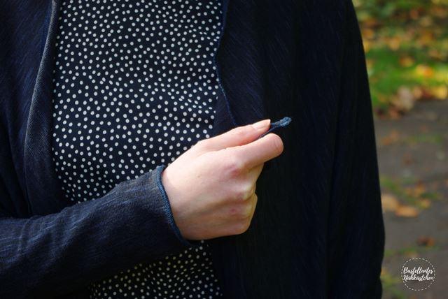 Details - Cardigan Frollein aus Stick in Blau Schnittmuster von mojoanma