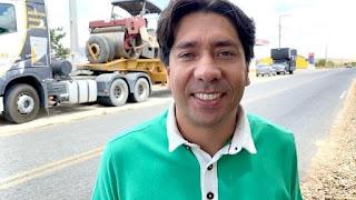O prefeito de Cacimba de Dentro Nelinhos Costa comemora mais asfaltamento em ruas da cidade.