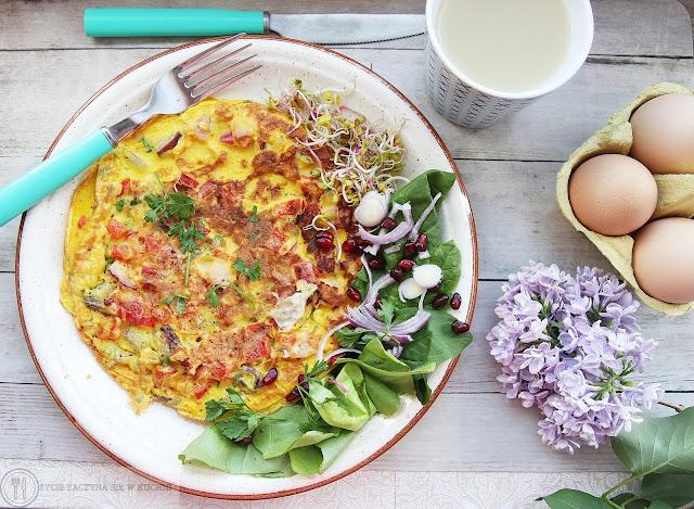 Wytrawny omlet z cebulą czerwoną, szynką i papryką