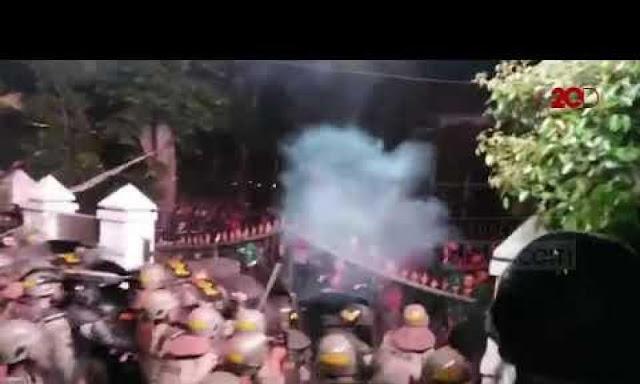 Polisi Tembakkan Gas Air Mata untuk Bubarkan Pendemo di Bandung