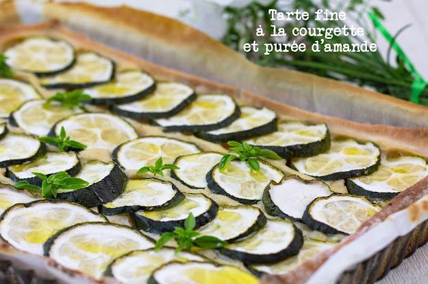 tarte fine à la courgette parsemée de feuilles de basilic