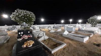 Cemitério iluminado para receber os vistantes