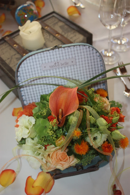 Center pieces in suitcases - Blumenarrangements im Koffer - Hochzeit mit Reisemotto in Orange, Pfirsich, Apricot - Niederlande meets Russland in Garmisch-Partenkirchen, Riessersee Hotel, Bayern - Travel themed wedding orange colour scheme