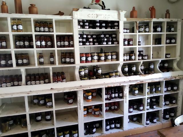 przetwory, owoce, słoiki, butelki, soki, dżemy, zupy