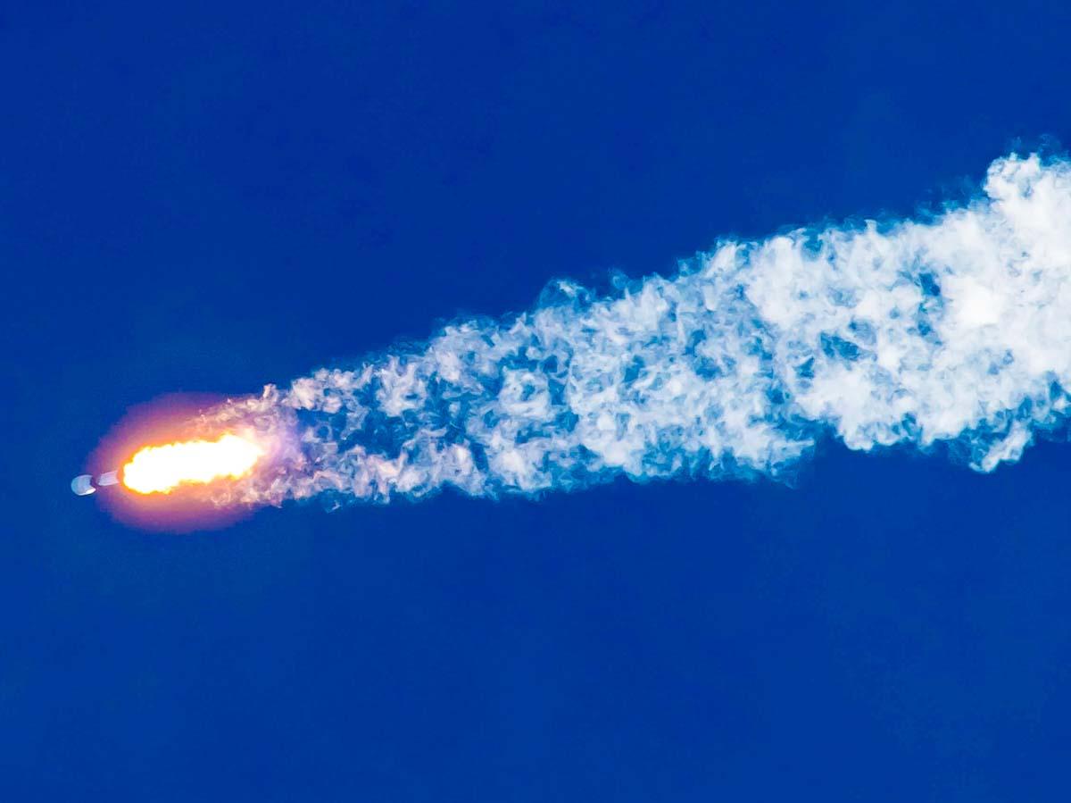 Com lançamento de satélites Starlink, foguete Falcon 9 leva recorde à SpaceX