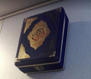 Cajita a la entrada de un avión de Egyptair www.bidtravel.es