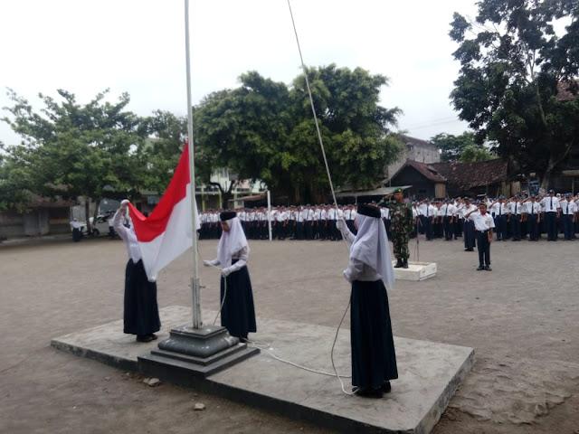 Pupuk Disiplin Siswa Melalui Upacara Bendera