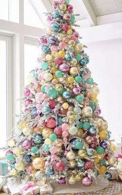 Pohon Natal Cemara Penuh Hiasan Bola