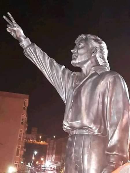 Statue-Lounès-Matoub تمثال معطوب لوناس