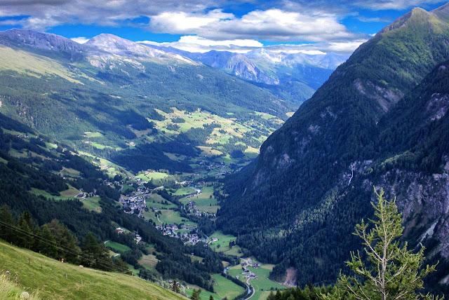 vista de heiligenblut y su verde valle desde la montaña
