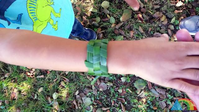 Pulsera hecha con hojas