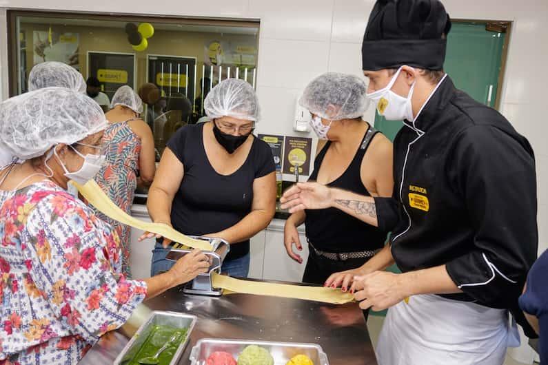 Muitas pessoas começam a cozinhar por hobby, para reunir amigos em casa ou simplesmente pela paixão de transformar alimentos em um momento único. Com a crescente popularização dos programas de culinária, a diversão passou a ser vista como uma excelente forma de profissionalização.