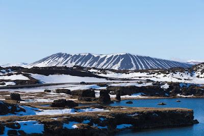 Laguna y volcán de la zona geotermal de Myvatn