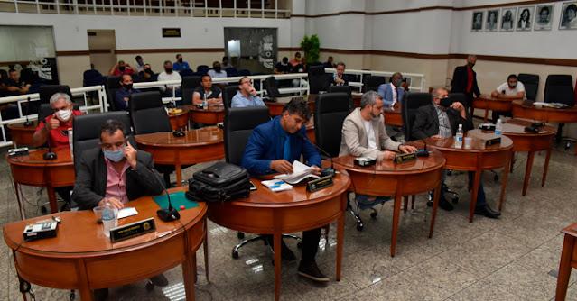 Apenas vereadores e assessores puderam participar da sessão