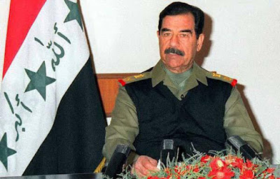 Biografi Saddam Husein  Saddam Husein lahir pada tahun 1937 di Tikrit. Kehidupan di Desanya teramat sangat keras, pada masa kecilnya saddam seringkali keluar rumah dengan membekali diri dengan senjata sebagai alat bela diri dikarenakan seringkali terjadi bentrokan antar dengan teman sebayanya. Pada usia 16 Tahun Saddam sudah menjadi ketua geng jalanan. Pada Usia 17 Tahun Saddam membunuh salah seorang saingan pamanya hingga dipenjara 6 bulan. Pada Usia 19 Tahun sudah berkomplot untuk menumbangkan monarki yang berkuasa dan pada usia 21 tahun melakukan percobaan pembunuhan dengan menembak perdana menteri Irak dengan senapan Mesin.    Pada usia 20 tahun ia terjun dalam dunia politik dengan bergabung dalam Partai Baath. Saddam memainkan peran penting dalam kudeta yang dilakukan Partai Baath terhadap Presiden Irak saat itu, Abdul Rahman Arif pada tahun 1968. Kudeta tersebut dipimpin oleh ketua Partai Baath, Hasan Al Bakr, yang setelah kudeta mengangkat diri sebagai presiden. Saddam pun diangkat sebagai wakil Hasan Al Bakr dan menduduki posisi itu selama 15 tahun. Selama itu pula, Saddam melakukan berbagai aksi represif terhadap rakyat Irak. Setelah semakin berkuasa, Sadam pun menyingkirkan Hasan Al Bakr dan merebut posisi sebagai presiden dan pemimpin Partai Baath.   Tak lama setelah Sadam menjadi pemimpin partai Baath, dia melakukan pembersihan besar-besaran dalam tubuh partai. Para penentangnya dibunuh. Para ulama penentang Saddam juga dibunuh atau disiksa dalam penjara. Selama 35 tahun menjadi pemimpin Partai Baath, dia melakukan berbagai pembunuhan massal terhadap rakyat Kurdi di utara Irak dan rakyat Syiah di selatan Irak.  Sebagian sejarawan meyakini, sejak