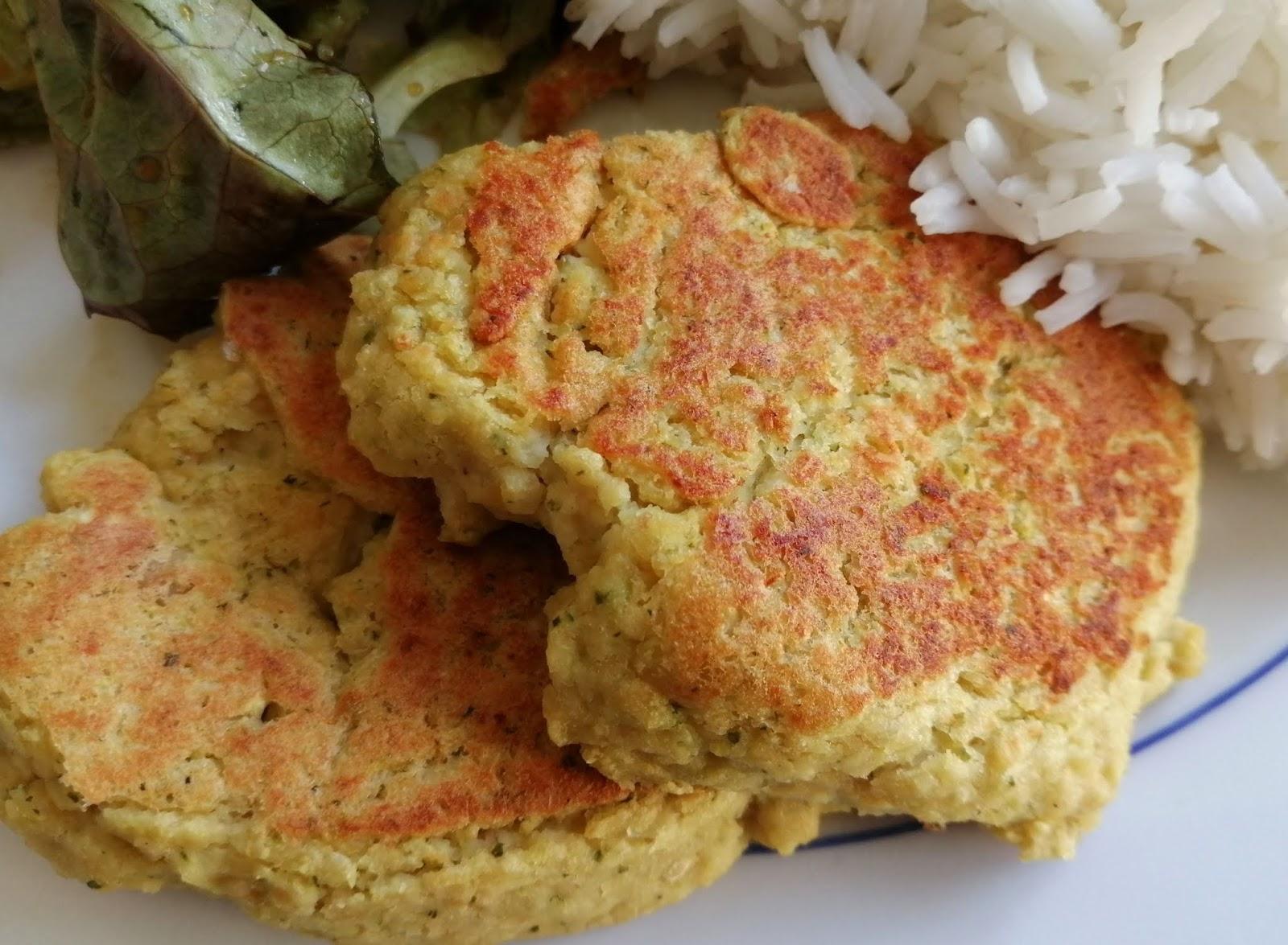 Galettes végétales aux pois chiches et aux courgettes (sans gluten et vegan) , purée de sésame, citron, ail