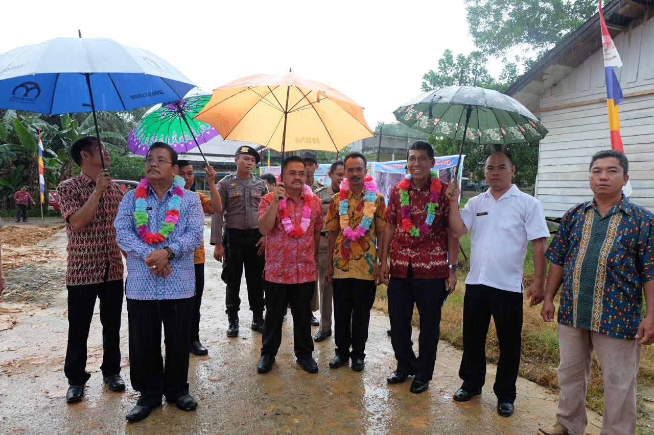 Foto 3: Peresmian Empat Pasar Rakyat di Kabupaten Sekadau di Resmikan oleh Bupati Sekadau, Jumat (6/4/2018).