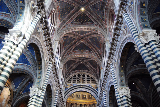 on remarque bien la moulure horizontale courant le long de la nef et qui contient 172 bustes de papes en plâtre des XVème et XVIème siècles.